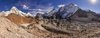 Blick über den Khumbu Gletscher auf die Berge Nuptse und Pumori in Nepal