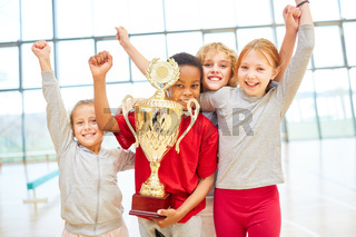 Kinder Mannschaft jubelt mit einem Pokal