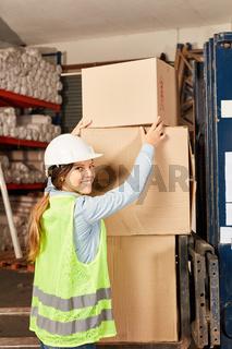 Frau als Lagerarbeiter Azubi stapelt Pakete