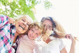 Frauen in drei Generationen mit Oma und Enkelin