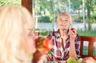 Senioren beim Frühstück mit Bio Gemüse