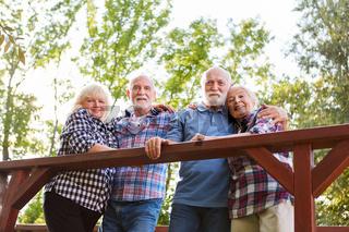 Senioren als Freunde umarmen sich auf Ausflug