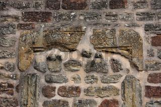 Eingefasste Burgmauer.JPG