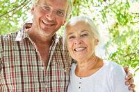Glückliches Senioren Paar im Sommer