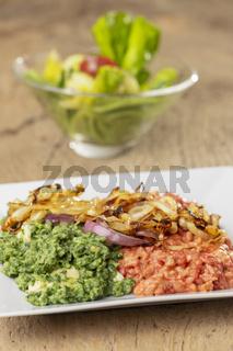 Rote Beete und Spinat Spätzle auf einem Teller