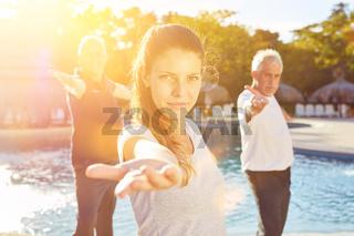 Frau gibt Yoga Workshop im Wellness Hotel