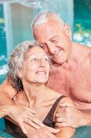 Senioren Paar umarmt sich im Pool