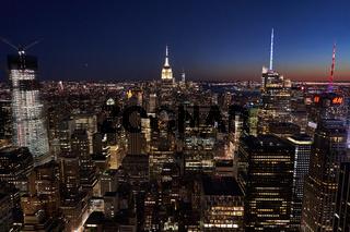 Die Skyline von New York in der Nacht von oben