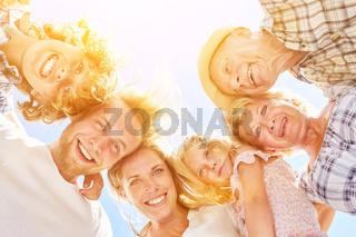 Erweiterte Familie mit Großeltern und Enkeln
