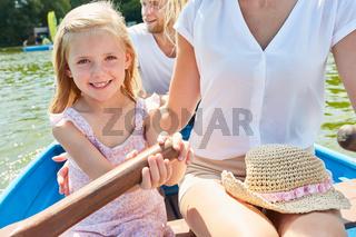 Mädchen im Ruderboot auf einer Bootstour