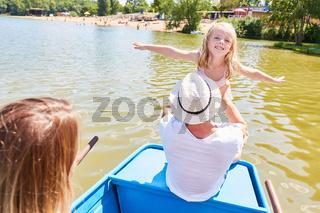 Mädchen spielt fliegen auf einer Bootstour