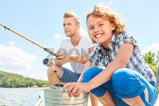 Vater und Sohn angeln am See im Sommer