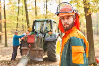 Waldarbeiter in Schutzkleidung beim Holzrücken