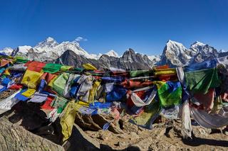 Gebetsfahnen vor dem Everest Bergmassiv