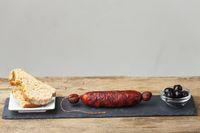spanische Chorizo auf schwarzem Schiefer