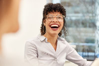 Lachende junge Business Frau oder Studentin