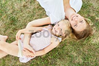 Mutter und Tochter entspannt auf einer Wiese
