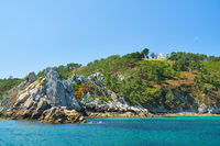 Haus am Meer auf Felsenküste vor dem Atlantik