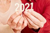 Senioren Hände zeigen Jahr 2021 als Zahl