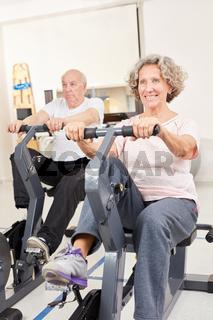 Senioren Paar trainiert auf dem Ergometer
