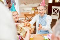 Alte Frau freut sich über ein Geschenk
