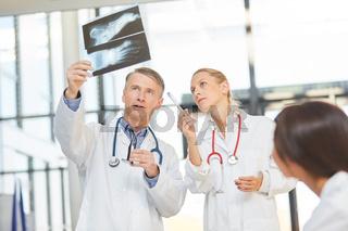 Radiologie Ärzte analysieren ein Röntgenbild