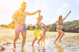 Familie beim Baden im Badesee im Sommerurlaub