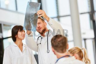 Dozent bei der Auswertung von einem Röntgenbild
