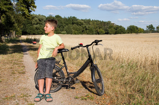 Rad fahrender Junge