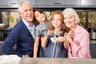 Glückliche Großeltern zusammen mit Enkelkindern