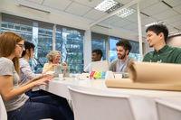 Junge Business Leute im Start-Up Meeting