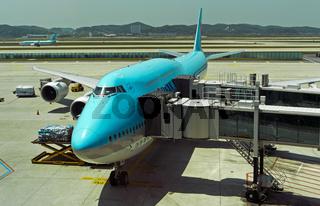 Boeing 747-8i der Korean Air mit doppelter Passagierbrücke bereit zum Einstieg am Terminal 2
