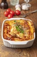 gekochte Lasagne auf Holz