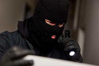 Einbrecher sucht Wertsachen im Haus