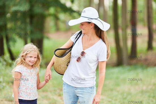 Mutter und Tochter machen eine Wanderung
