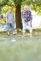 Senioren Paar spielt Boule oder Boccia