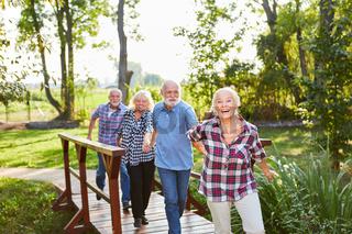 Gruppe Senioren hat Spaß auf einem Ausflug