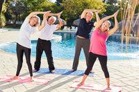 Gruppe Senioren macht eine Yoga Übung