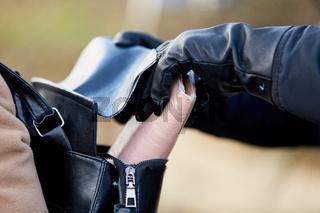 Hände von Dieb stehlen Brieftasche aus Rucksack