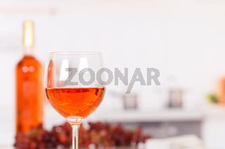 Wein Rose Rosewein im Glas mit Textfreiraum Copyspace