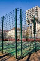 Fussballplatz in einem Berliner Plattenbaubezirk, Deutschland