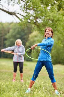 Senior Frauen bei einer Reifen Gymnastik