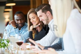Junge Leute starren gebannt auf ihr Smartphone