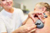 Ärztin macht Schmerztherapie bei Senior Patient