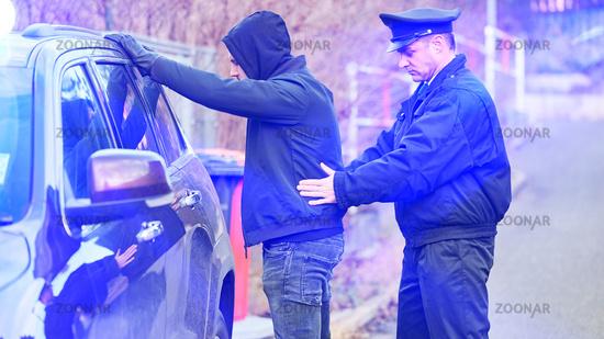 Polizist einer Zivilstreife bei Festnahme von Autodieb