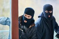 Zwei Einbrecher öffnen Tür beim Einbruch