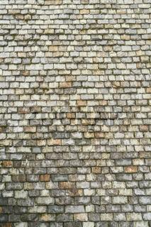 Dach aus alten Schiefersteinen als Hintergrund