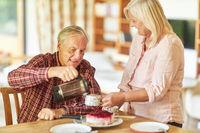 Senioren Paar beim Kaffee trinken mit Kuchen
