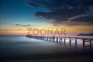 Hölzerner Steg am Strand von Mallorca beim Sonnenaufgang