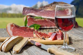 Jause mit Südtiroler Bauernspeck, Vinschgerl und Rotwein